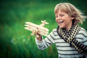 bambino-con-aeroplano-in-legno